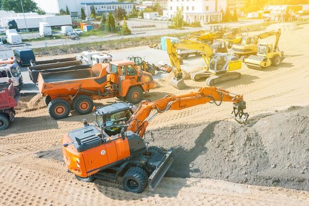 Graafmachine plant land op bouwplaats, graafmachine graaft greppels