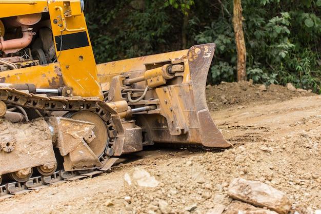 Graafwerktuig backhoe lader zwaar materiaalvoertuig op plicht de bouwweg
