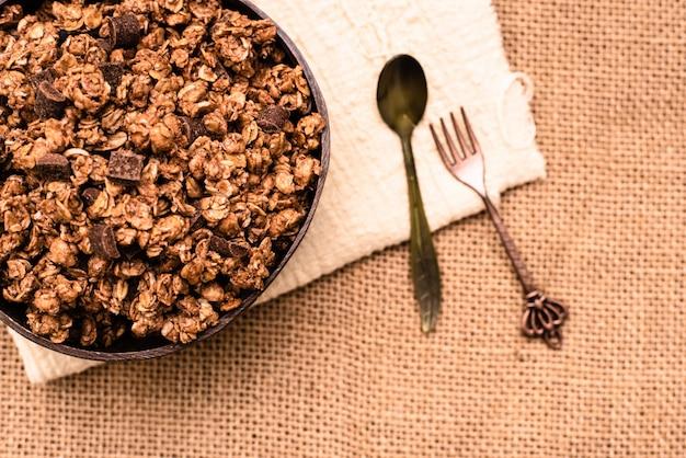 Graan en granola gerecht van bovenaf gezien voor mensen die aan fitness doen en voor hun dieet willen zorgen.