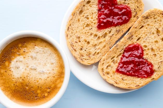 Graan sneetje brood met jam hartvorm