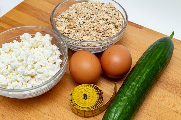 Graangewassen, die band, de wortel van kwarkeieren meten dicht omhoog op witte achtergrond. gezonde voeding vetvrije eco sportvoeding