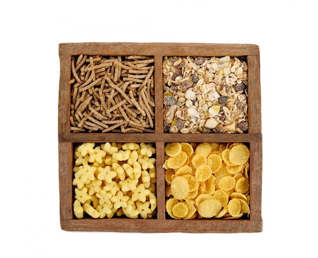 Graangewassen voor ontbijt in houten doos op wit