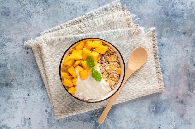 Graankom met mango en yoghurt, bovenaanzicht