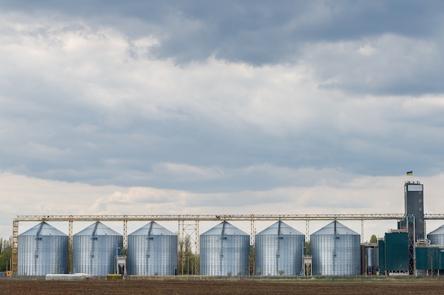 Graansilo's op het platteland