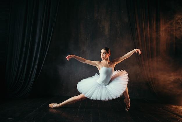 Grace van ballerina in beweging op theatraal podium