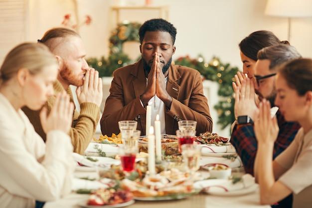 Grace zeggen aan de eettafel