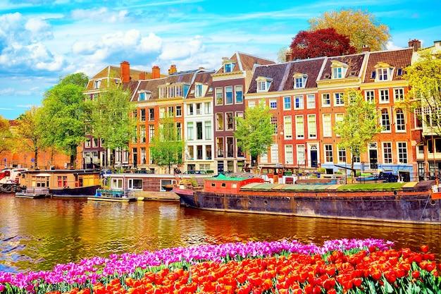 Gracht van amsterdam met tulpen