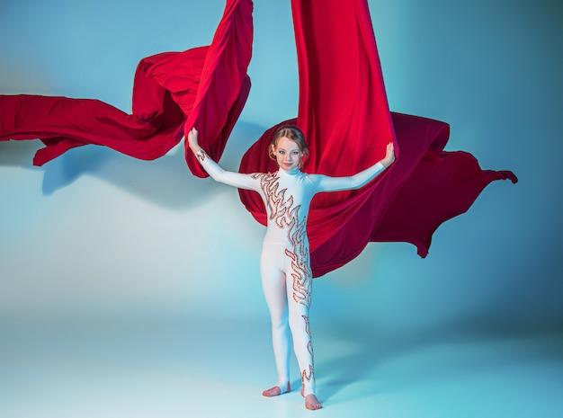 Gracieuze gymnast uitvoeren luchtfoto oefening