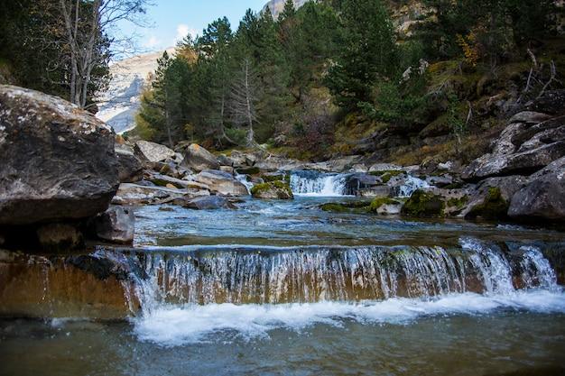 Gradas de soaso watervallen in ordesa en monte perdido national park, spanje