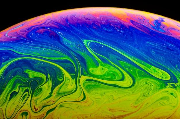 Gradiënt abstracte psychedelische zeepbel op zwarte achtergrond