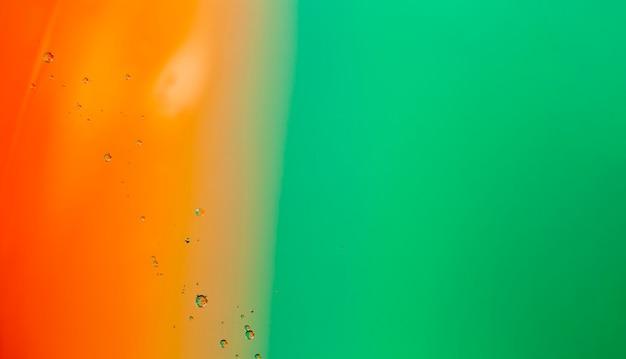 Gradiëntkleurabstractie vergezeld van transparante vloeistofbellen