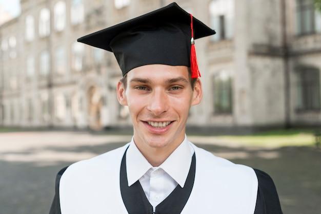 Graduatieconcept met portret van de gelukkige mens