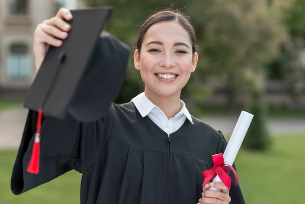 Graduatieconcept met portret van gelukkig meisje