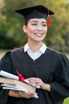 Graduatieconcept met portret van gelukkige vrouw
