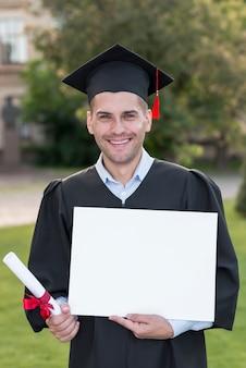 Graduatieconcept met studenten die leeg certificaatmalplaatje houden