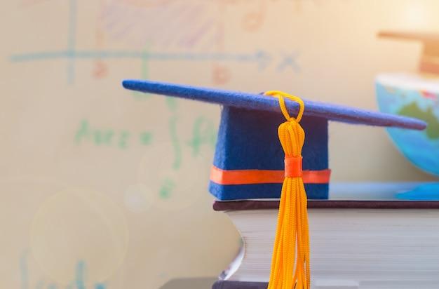 Graduation cap op leerboek