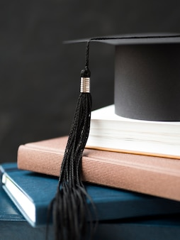 Graduation cap op stapel boeken close-up