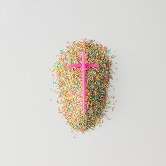 Graf gemaakt van kleurrijke cake hagelslag