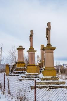 Graf van de familie reyiv en de poolse begraafplaats in het dorp mykulyntsi