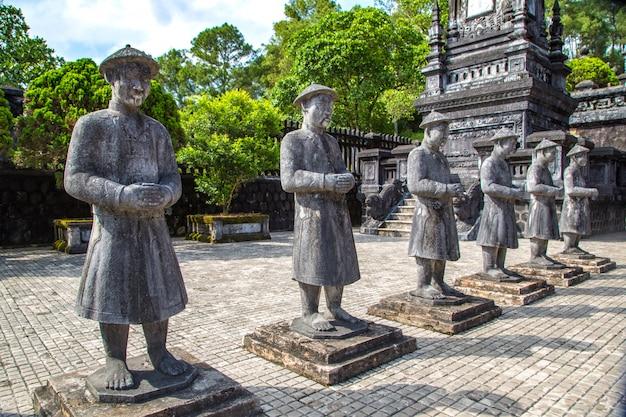 Graf van khai dinh met manadarin erewacht in hue, vietnam