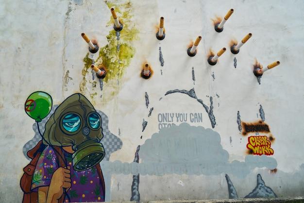 Graffiti met sigaretten genageld aan de muur
