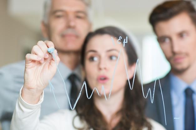 Grafiek getrokken op glas en vage zakenmensen