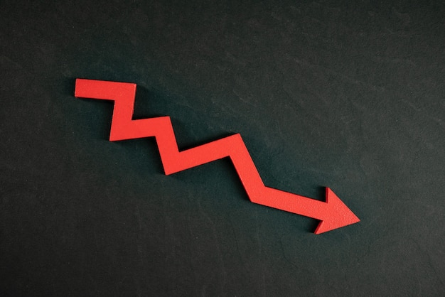 Grafiek met rode pijl-omlaag geïsoleerd op zwarte achtergrond. dalende groei in het bedrijfsleven