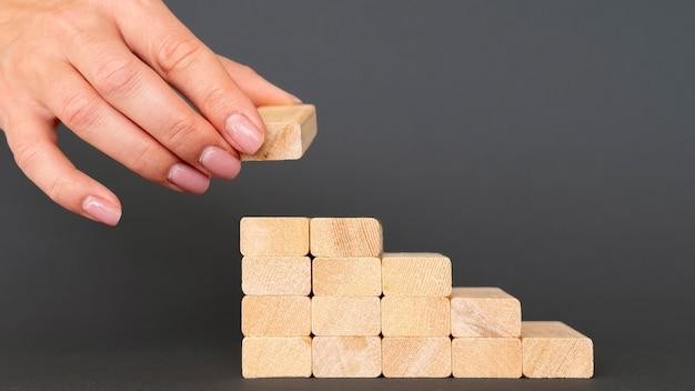 Grafiek opgemaakt met houten stukken