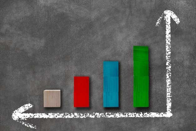 Grafiek van gekleurd hout. grafiek van economische groei op schoolbord. concept ontwerp.