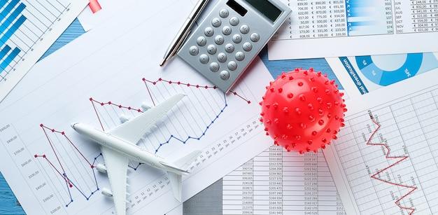 Grafieken en histogrammen, virus. concept van het verval van de wereldeconomie als gevolg van de uitbraak van het coronavirus. dalende financiële indicatoren en inkomsten, de ineenstorting van aandelenkoersen en effecten.