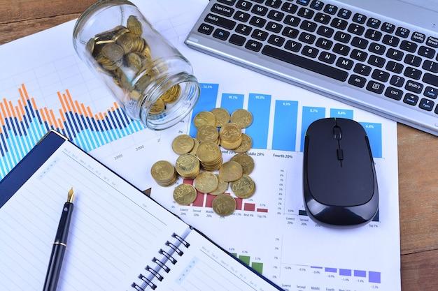 Grafieken, grafieken, notebook, pen en munten. bedrijfsconcept