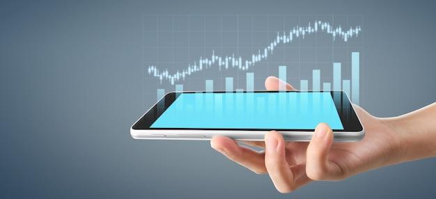 Grafiekgroei en toename van grafiekpositieve indicatoren in zijn bedrijf, tablet in een hand