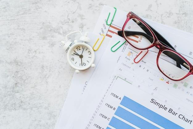 Grafiekpapier met clips en bril
