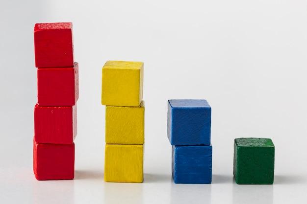 Grafisch concept met kleurrijke houtblokken
