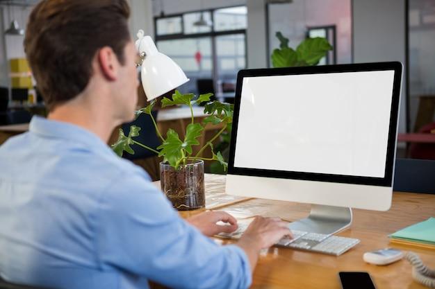 Grafisch ontwerper die aan computer werkt