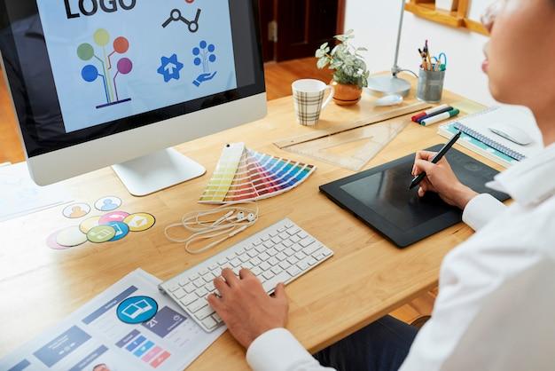 Grafisch ontwerper die een nieuw logo maakt