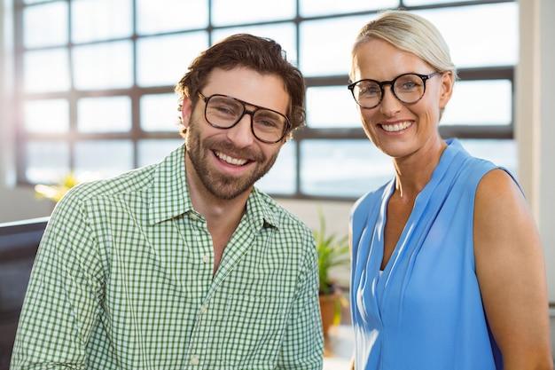 Grafisch ontwerper en collega glimlachend in office