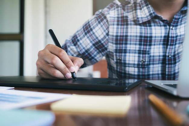 Grafisch ontwerper en fotograaf gebruikt grafisch tablet
