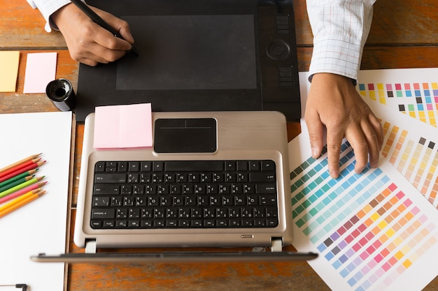 Grafisch ontwerper met behulp van digitale tablet