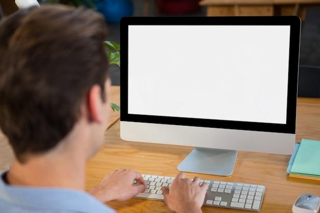 Grafisch ontwerper met desktop-pc