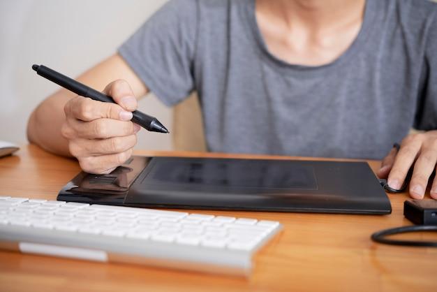 Grafisch ontwerper met grafisch tablet