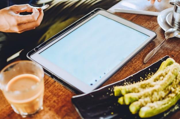 Grafisch ontwerper schetsen op grafisch tablet op creatieve werkplek