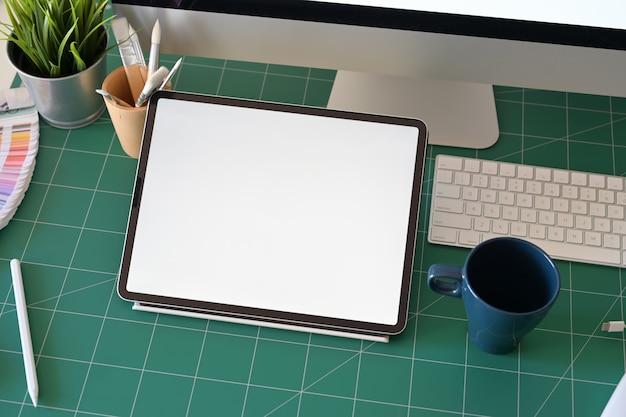 Grafisch ontwerper werkplekstablet en desktop computer leeg scherm