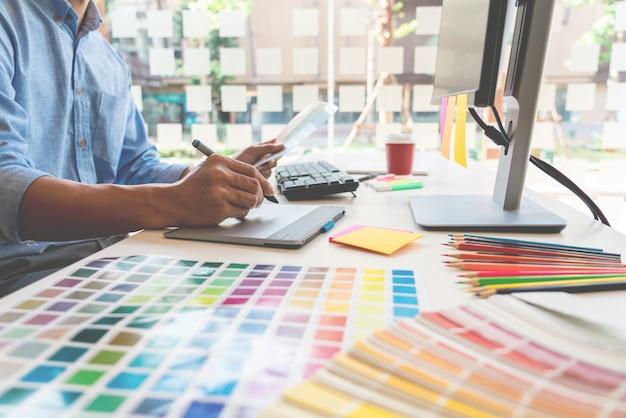 Grafisch ontwerper werkt op kantoor