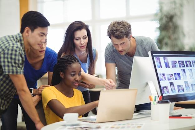 Grafisch ontwerpers bespreken over laptop