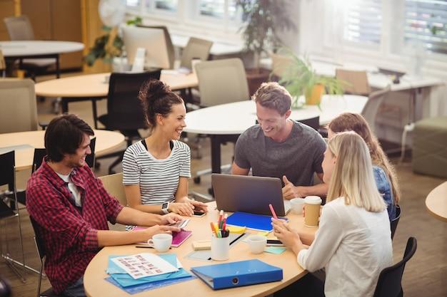 Grafisch ontwerpers in een vergadering