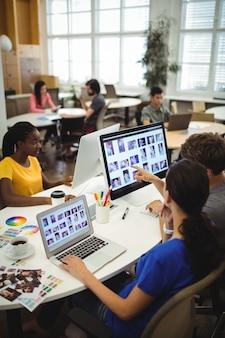 Grafisch ontwerpers werken aan hun bureau