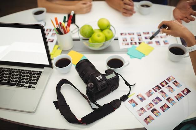 Grafisch ontwerpers werken in kantoor