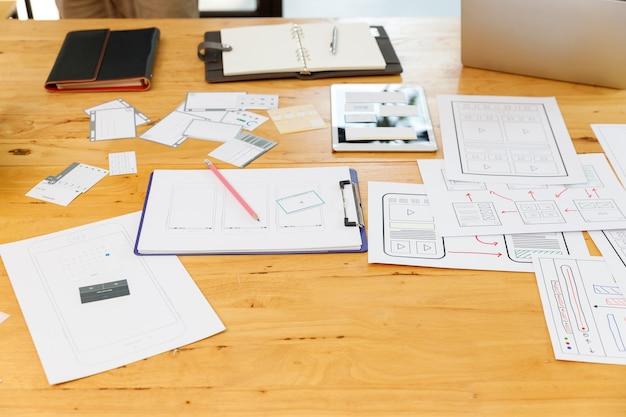 Grafisch ontwerpers werken samen met ux ui designer planning applicatie template layout framework voor mobiele telefoon computer mobiel