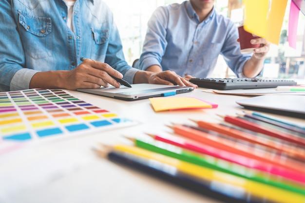 Grafisch ontwerpteam dat op kantoor werkt